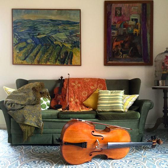 Cellon och altfiolen tar plats